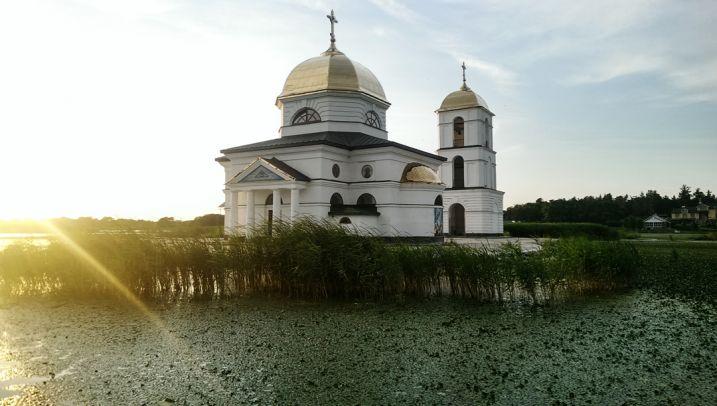 Прогулка к затопленной церкви в Киеве