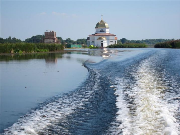 Прогулка на яхте к затопленной церкви в Киеве